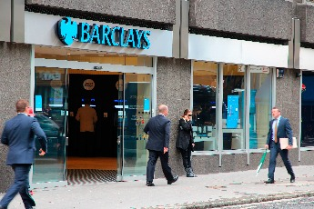 Barclays swaps sales bonuses for customer service rewards